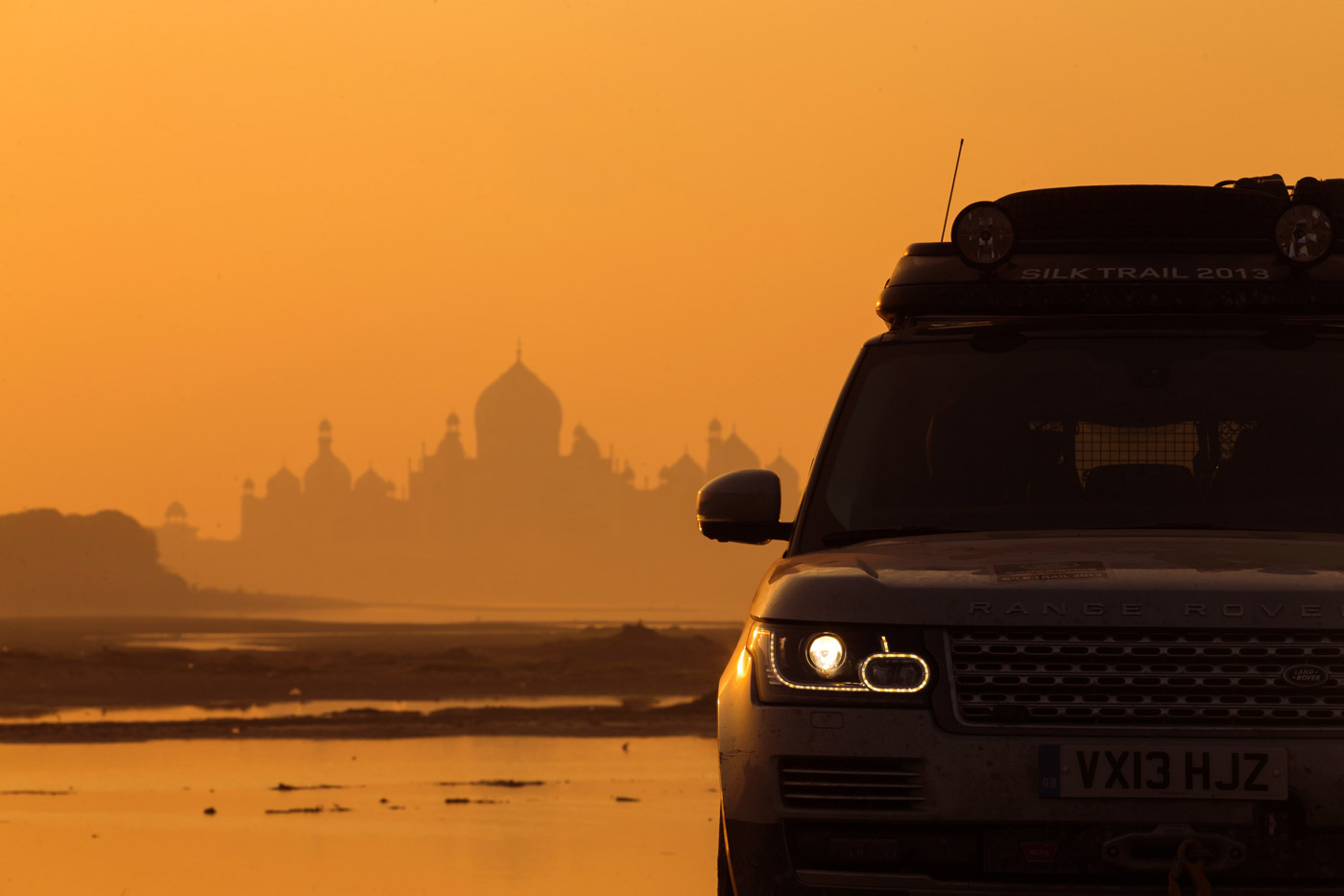 <p>Range Rover Hybrid with early morning light by the Taj Mahal.</p>