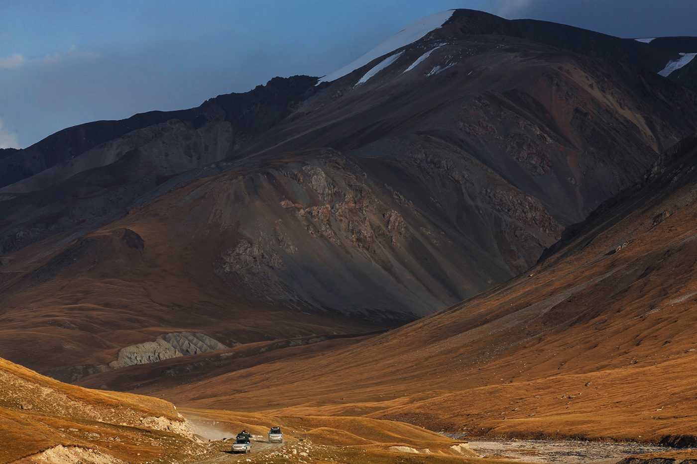<p>Range Rover Hybrids are dwarfed by the mountains of Kyrgyzstan during the Silk Trail expedition to India.</p>