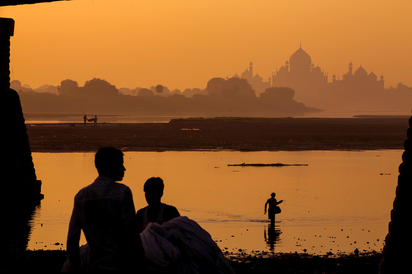 <p>Laundry and fishing by the Taj Mahal.</p>